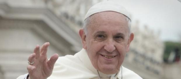 Papa Francesco che saluta i fedeli