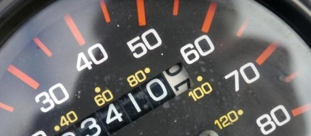 Pisando a fondo el acelerador de su coche.