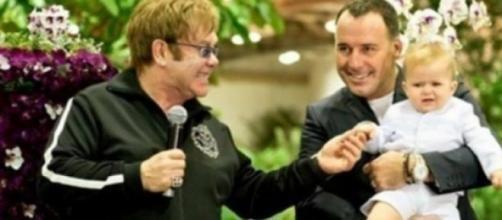 Elton John, David Furnish e figlio. Notizieprovita
