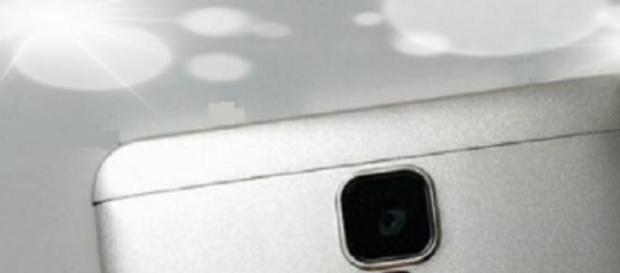 Huawei Mate 7 Mini: su Flash LED bajo el sensor.