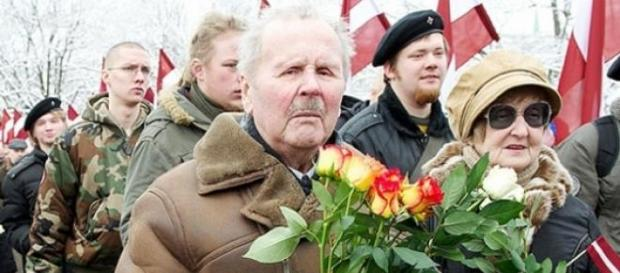 Manifestation à la gloire des SS à Riga.(©Mazaika)