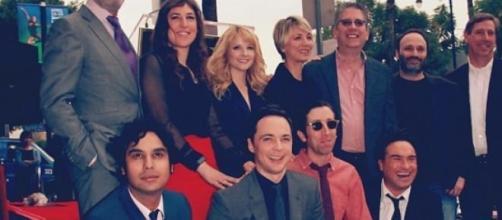 """Jim Parsons con el equipo de """"The Big Bang Theory"""""""