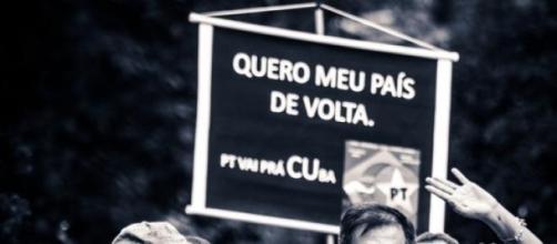 Pessoas protestando contra governo e o Petrolão.