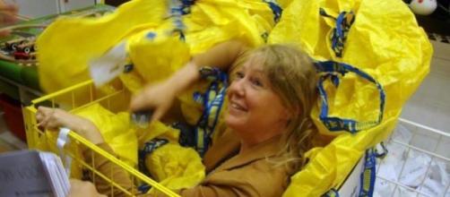 Une femme participe à la cache cache chez IKEA