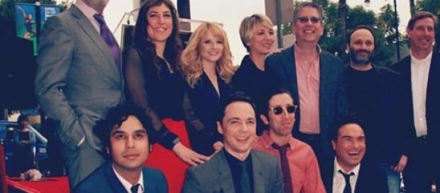 "Jim Parsons con el equipo de ""The Big Bang Theory"""