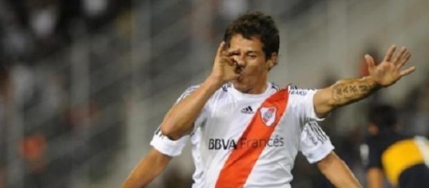 Mora convirtió dos tantos para River ante Arsenal