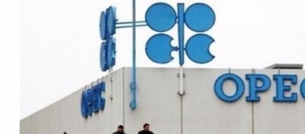 pretul petrolului scade zilnic