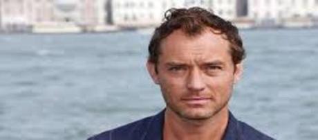 Ator Jude Law pode ser Papa em série de TV