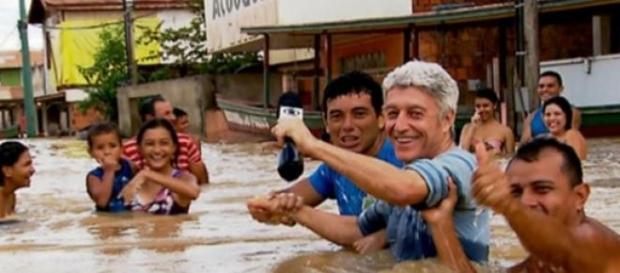 Caco Barcellos se arrisca em enchente