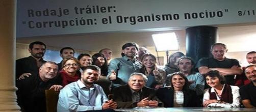 El equipo junto a testimonios durante el rodaje