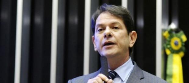 Cid Gomes pede demissão após discussão