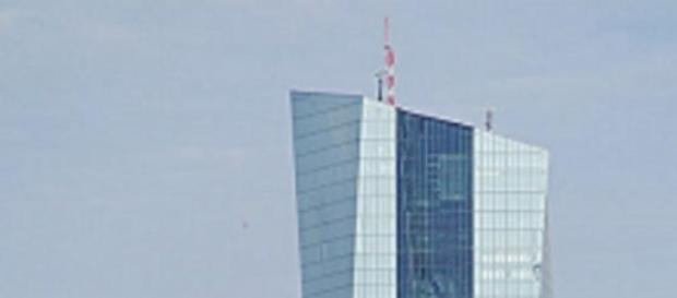 Die Spitze des neuen EZB-Gebäudes in Frankfurt