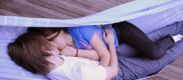 Em inglês esta prática denomina-se de cuddling.