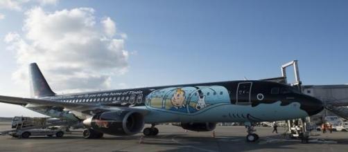 El avión recrea el submarino negro de Tintín