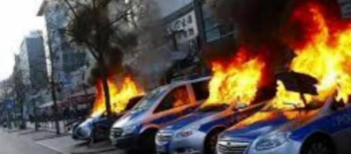 Em Berlim vários carros foram incendiados