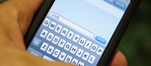 Leggere gli sms sul cellulare altrui è reato