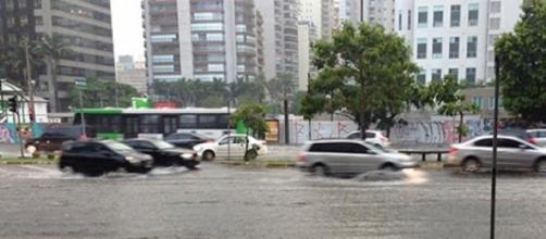 Trânsito complicado em vias alagadas