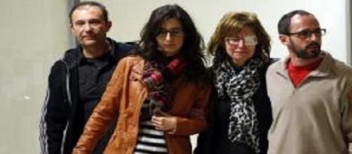 El matrimonio recibido por su familia en Valencia.