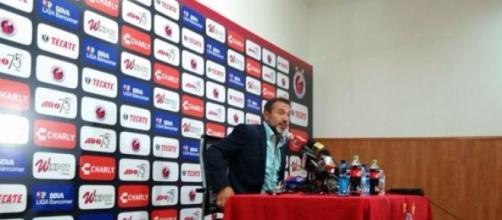 Gustavo Matosas en conferencia de prensa.