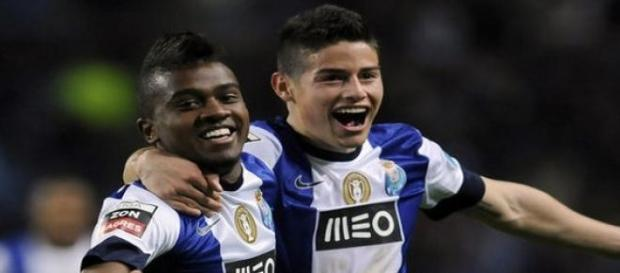 Kelvin festeja golo com James Rodríguez