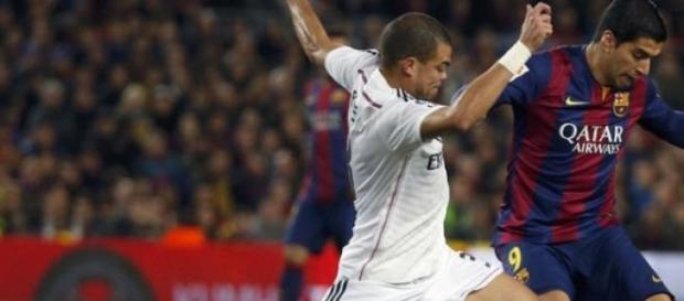 Pepe intentando cotar un balón de Luis Suarez