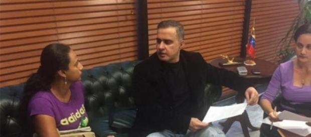 Tarek y las hermanas de Canserbero en la reunión