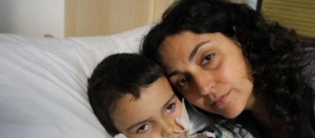 Ashya, com a mãe, ainda no Hospital