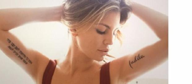 Claudia Galanti torna sul web con un nuovo tatoo.