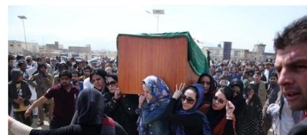 Donne vestite di nero portano la bara di Farkhunda