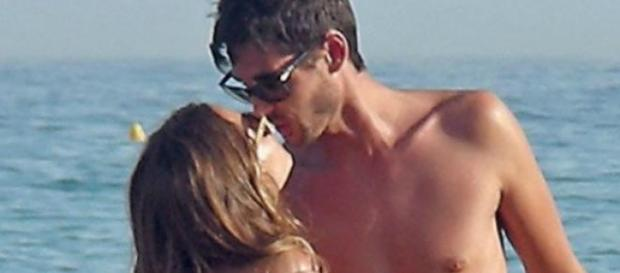 Santi Trancho y Ana Fernandez en la playa
