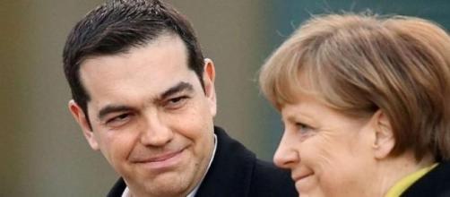 Il sorriso tra Merkel e Tsipras