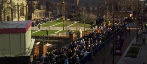 Multidão aperta-se para ver sepultura na Catedral