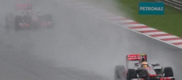 Em Sepang, a corrida deve acontecer sob chuva.