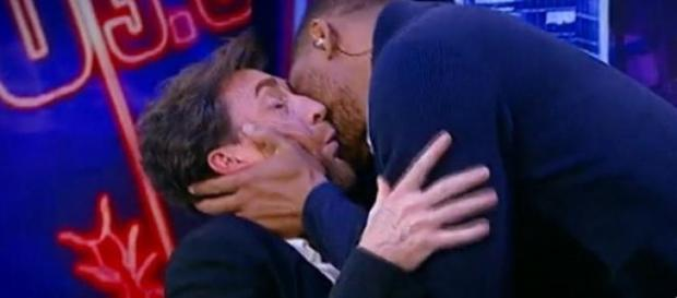 Will Smith y Pablo Motos se besan en el Hormiguero