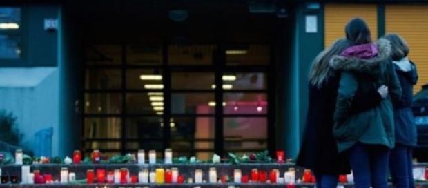 Zeci de candele aprinse in fata scolii din Haltern