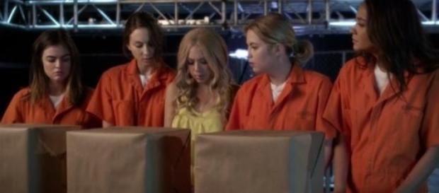 Die Liars und Mona beim Finale der 5. Staffel.