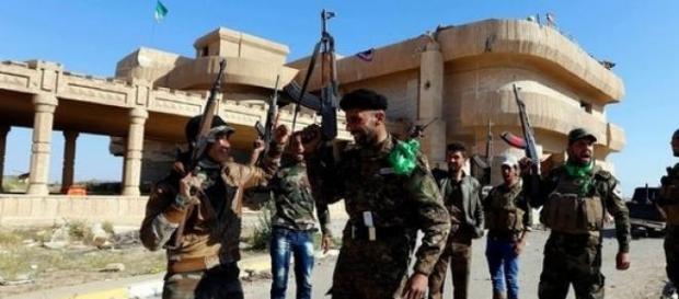 les combattants Irakiens aux abords de Tikrit