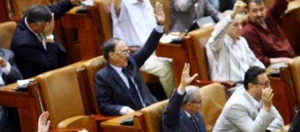 parlamentari în timpul şedintei-aleşii neamului
