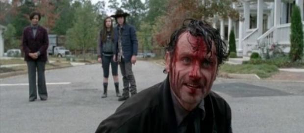 Rick, con sangre, hablando con los habitantes.
