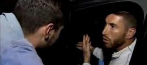 Sergio Ramos discutiendo con el individuo