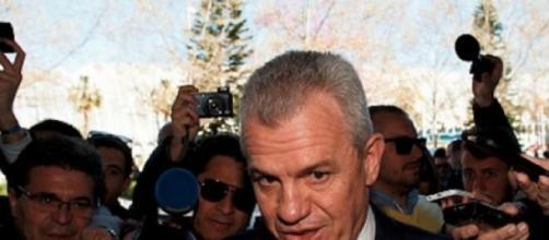Javier Aguirre rodeado de reporteros.