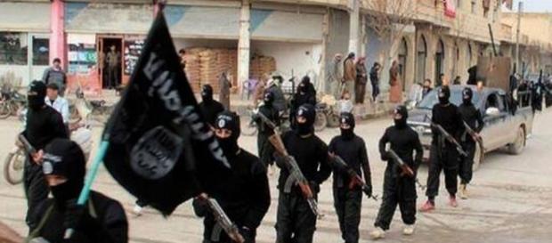 Terroristas desfilam desafiando as autoridades