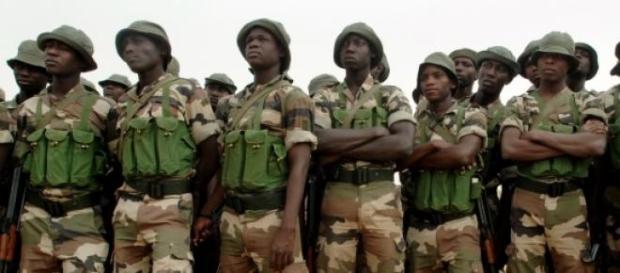 Tropas nigerianas preparam-se para tumultos.