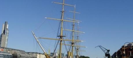 Fragata que se halla en Puerto Madero