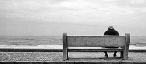 Imagem ilustrativa de um idoso abandonado.