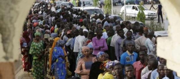 Eleitores esperam pela sua vez para votar