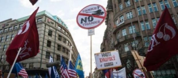 Manifestatii pro si contra NATO la Praga