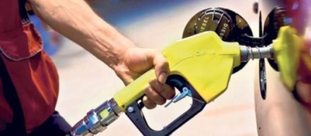 Pretul motorinei scade sub cel al benzinei