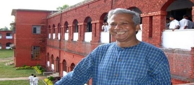 Prof. Yunus vor der Chittagong Collegiate Schule.