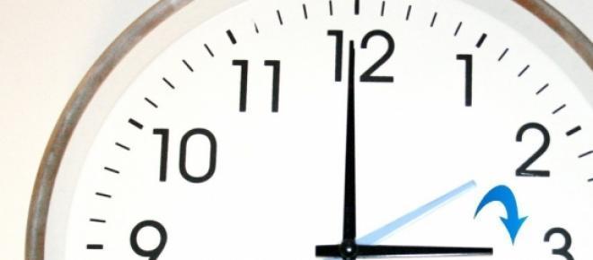 En la madrugada de hoy tenemos que cambiar los relojes, a las 2 serán las 3, según los expertos esto es beneficioso para nuestra salud, pues al disfrutar de más horas de luz, mejora nuestro estado de ánimo y nuestra capacidad para conciliar el sueño.
